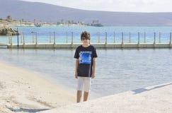 Muchacho feliz en el mar Fotografía de archivo