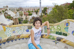 Muchacho feliz en el parque Guell, Barcelona España Fotografía de archivo
