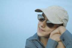 Muchacho feliz en gafas de sol Imagen de archivo libre de regalías