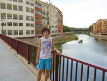 Muchacho feliz en Girona, España Fotos de archivo