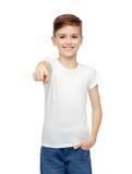 Muchacho feliz en la camiseta blanca que señala el finger a usted Imagen de archivo libre de regalías