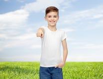 Muchacho feliz en la camiseta blanca que señala el finger a usted Imagenes de archivo