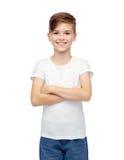 Muchacho feliz en la camiseta blanca y vaqueros Imágenes de archivo libres de regalías