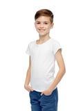Muchacho feliz en la camiseta blanca y vaqueros Fotografía de archivo