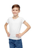 Muchacho feliz en la camiseta blanca y vaqueros Imagen de archivo libre de regalías