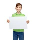 Muchacho feliz en la camiseta que lleva a cabo al tablero en blanco blanco Fotografía de archivo libre de regalías