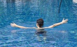 Muchacho feliz en la piscina Imagen de archivo