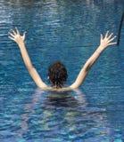 Muchacho feliz en la piscina Fotografía de archivo