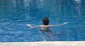 Muchacho feliz en la piscina Foto de archivo