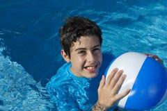 Muchacho feliz en la piscina Fotos de archivo