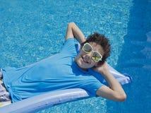 Muchacho feliz en la piscina Imagenes de archivo