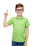 Muchacho feliz en lentes que destaca el finger Fotografía de archivo