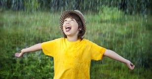 Muchacho feliz en lluvia Fotografía de archivo