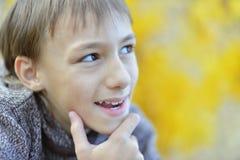 Muchacho feliz en parque del otoño Imagen de archivo libre de regalías