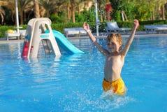 Muchacho feliz en piscina Imágenes de archivo libres de regalías