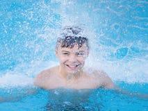 Muchacho feliz en piscina Foto de archivo libre de regalías