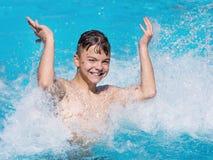 Muchacho feliz en piscina imagenes de archivo