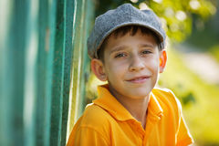 Muchacho feliz en un casquillo gris Imagen de archivo
