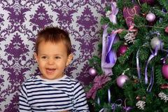 Muchacho feliz en una atmósfera de la Navidad Foto de archivo