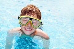 Muchacho feliz en una piscina Foto de archivo libre de regalías