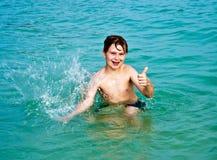 Muchacho feliz joven con el pelo marrón Fotos de archivo libres de regalías