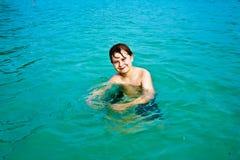 Muchacho feliz joven con el pelo marrón Foto de archivo libre de regalías