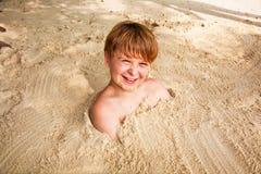 Muchacho feliz joven con el pelo marrón Imagenes de archivo