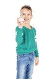 Muchacho feliz joven con la bola de madera del béisbol aislada en el perno prisionero blanco Foto de archivo