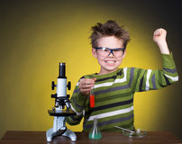 Muchacho feliz joven que realiza experimentos. Poco sci imagen de archivo
