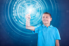 Muchacho feliz joven que trabaja con la pantalla virtual digital Fotografía de archivo libre de regalías
