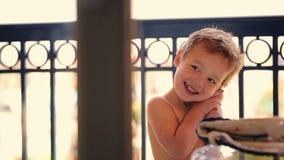 Muchacho feliz lindo almacen de metraje de vídeo