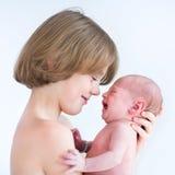 Muchacho feliz lindo con su hermano recién nacido del bebé Foto de archivo libre de regalías