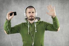 Muchacho feliz que baila y que escucha la música Imágenes de archivo libres de regalías