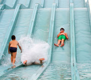 Muchacho feliz que cae en el agua Fotos de archivo