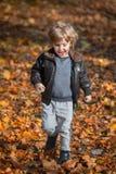 Muchacho feliz que corre en naturaleza Imagen de archivo