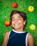 Muchacho feliz que escucha la música Fotografía de archivo libre de regalías