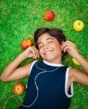 Muchacho feliz que escucha la música Fotografía de archivo