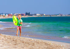 Muchacho feliz que funciona con la playa, expresando placer Foto de archivo libre de regalías