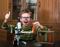 Muchacho feliz que hace experimentos de la ciencia. Educación. fotos de archivo libres de regalías