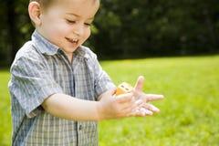 Muchacho feliz que juega al aire libre Imagenes de archivo
