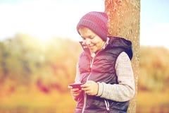 Muchacho feliz que juega al juego en smartphone al aire libre Fotos de archivo libres de regalías