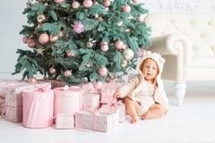 Muchacho feliz que juega cerca del árbol de navidad Imagenes de archivo