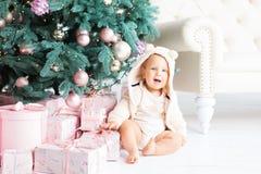 Muchacho feliz que juega cerca del árbol de navidad Imagen de archivo