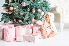 Muchacho feliz que juega cerca del árbol de navidad Fotografía de archivo libre de regalías