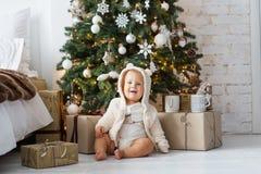 Muchacho feliz que juega cerca del árbol de navidad Imágenes de archivo libres de regalías