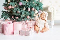 Muchacho feliz que juega cerca del árbol de navidad Fotografía de archivo