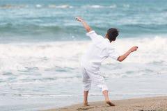 Muchacho feliz que juega en la playa, España Imagenes de archivo
