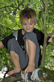 Muchacho feliz que juega en un árbol Imagen de archivo