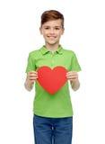 Muchacho feliz que lleva a cabo forma roja del corazón Fotografía de archivo