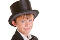 Muchacho feliz que lleva el traje formal con el sombrero de copa Imagen de archivo